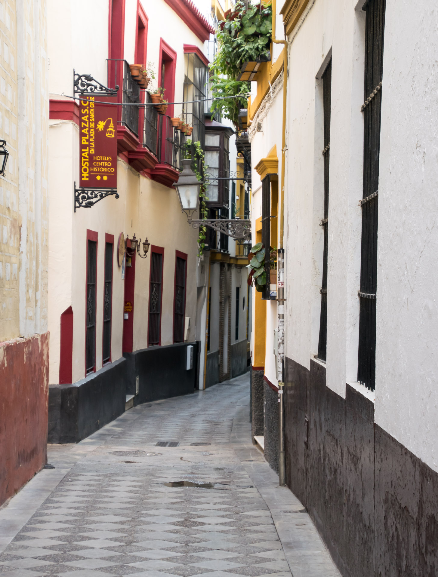 één van de nauwe straatjes van Barrio Santa Cruz