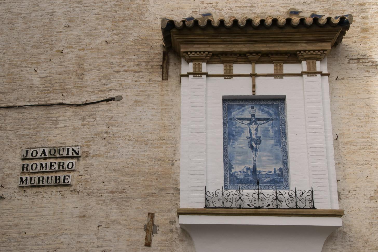 een voorbeeld van hoe azulejos in het straatbeeld verwerkt zijn